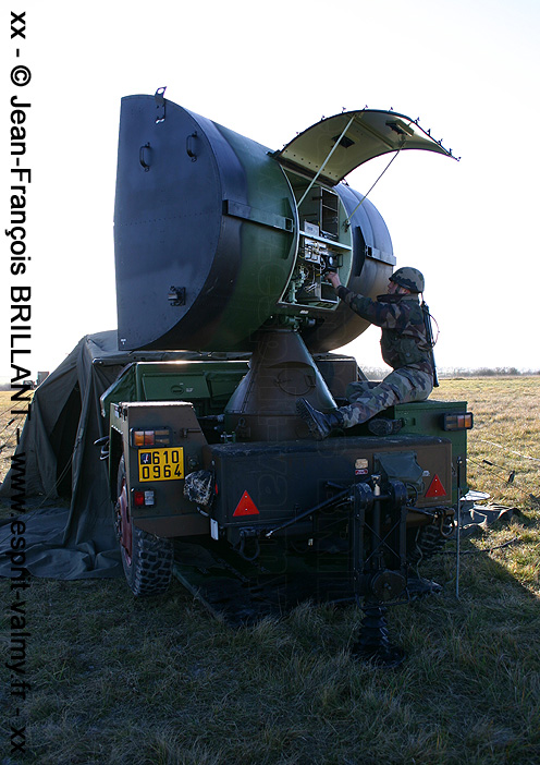 610-0964 : remorque radar CWAR (Continuous Wave Acquisition Radar), 402e Régiment d'Artillerie ; 2005